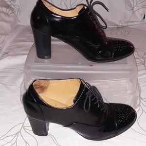 Black wing-tip heel
